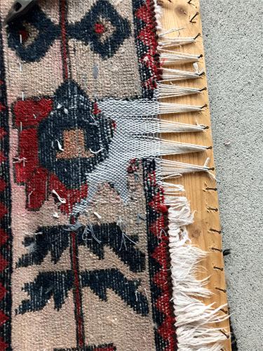 Tapis en cours de restauration, base du tapis réparée